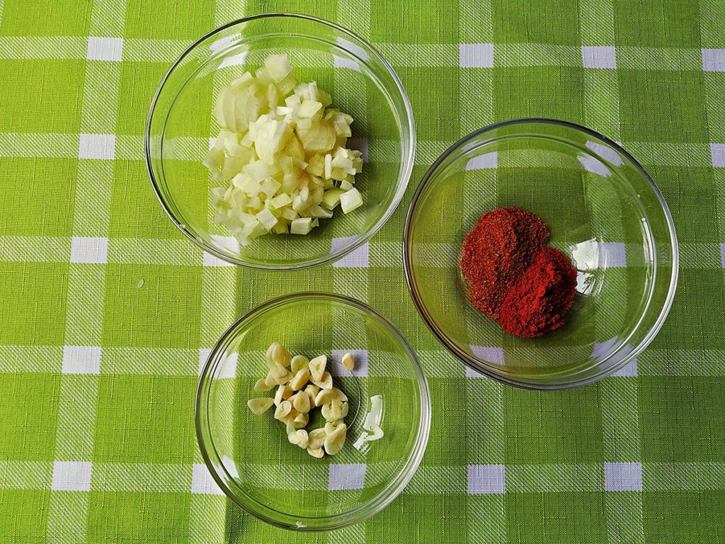 Przepis na makaron z kurczakiem i brokułami w sosie serowym przyprawy