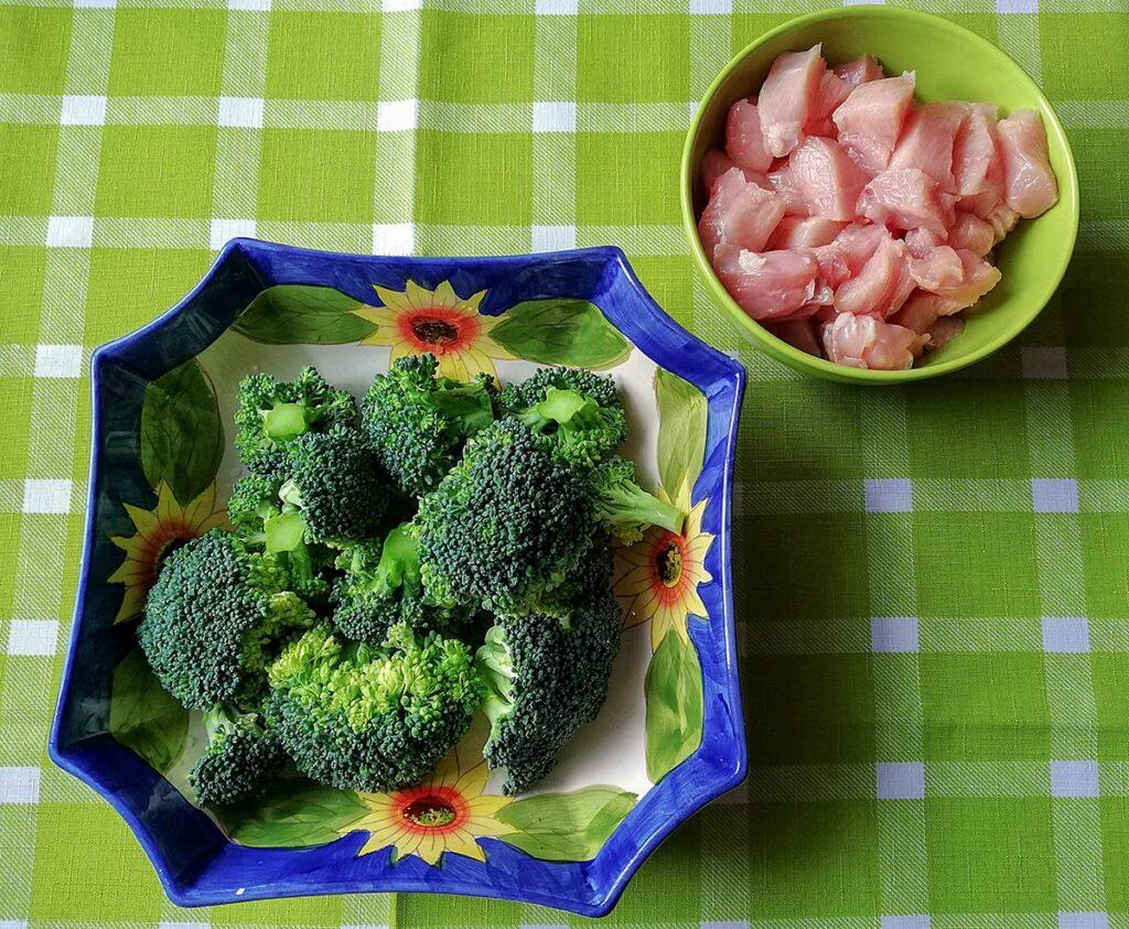 Przepis na makaron z kurczakiem i brokułami w sosie serowym składniki