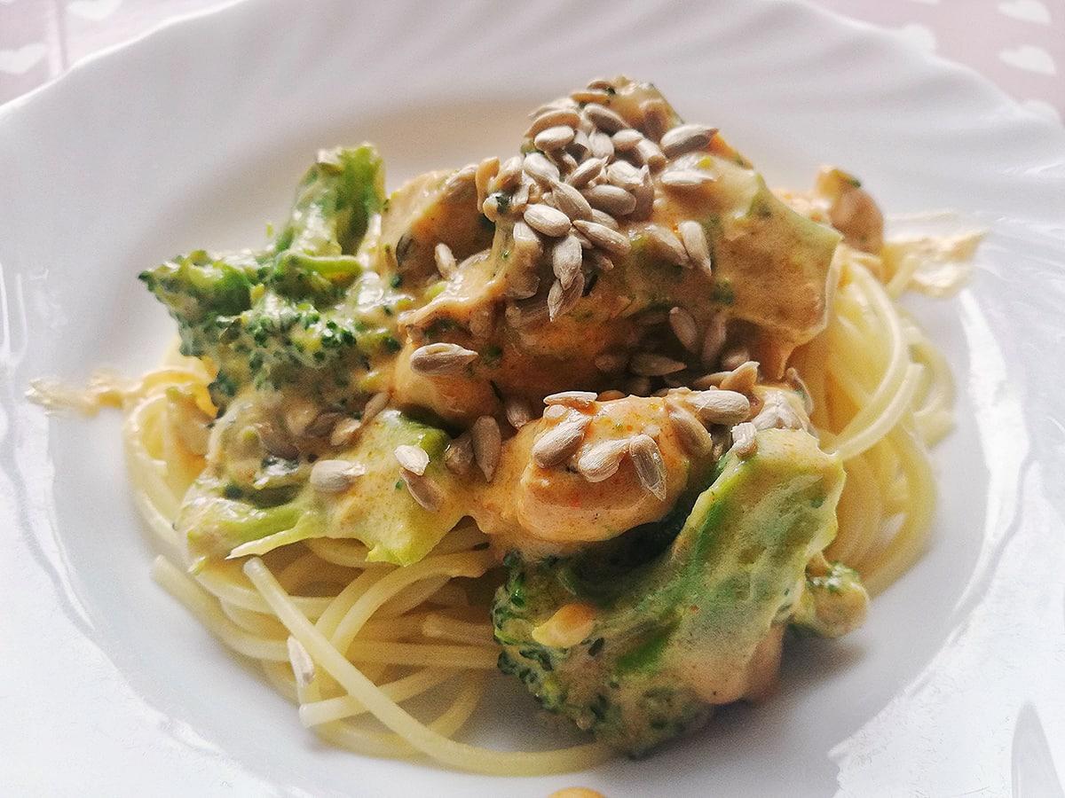 Przepis na makaron z kurczakiem i brokułami w sosie serowym