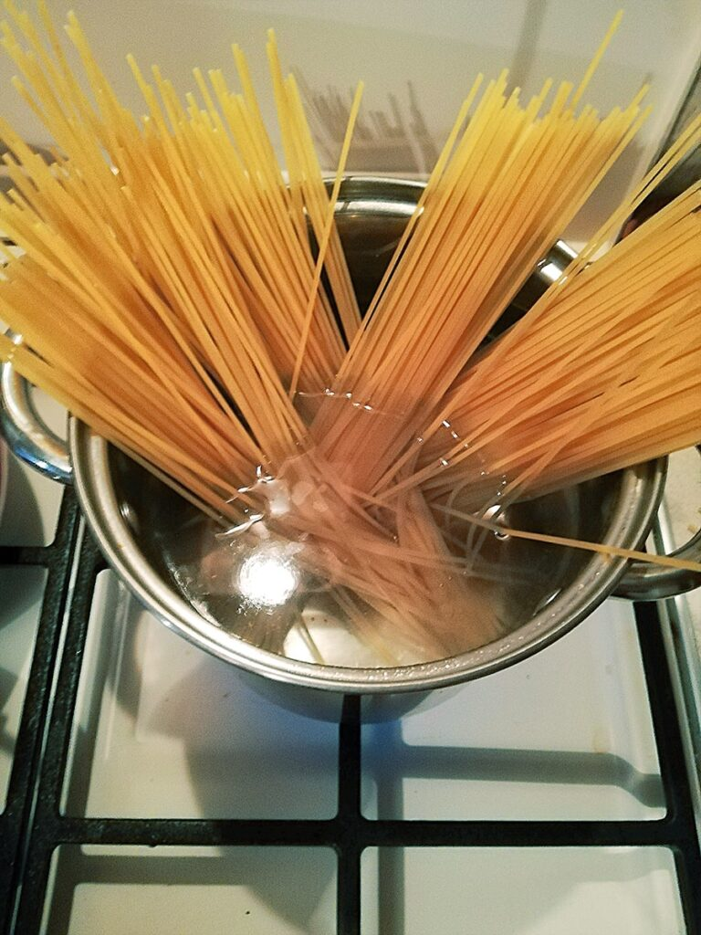 Przepis na spaghetti carbonara wrzucamy makaron
