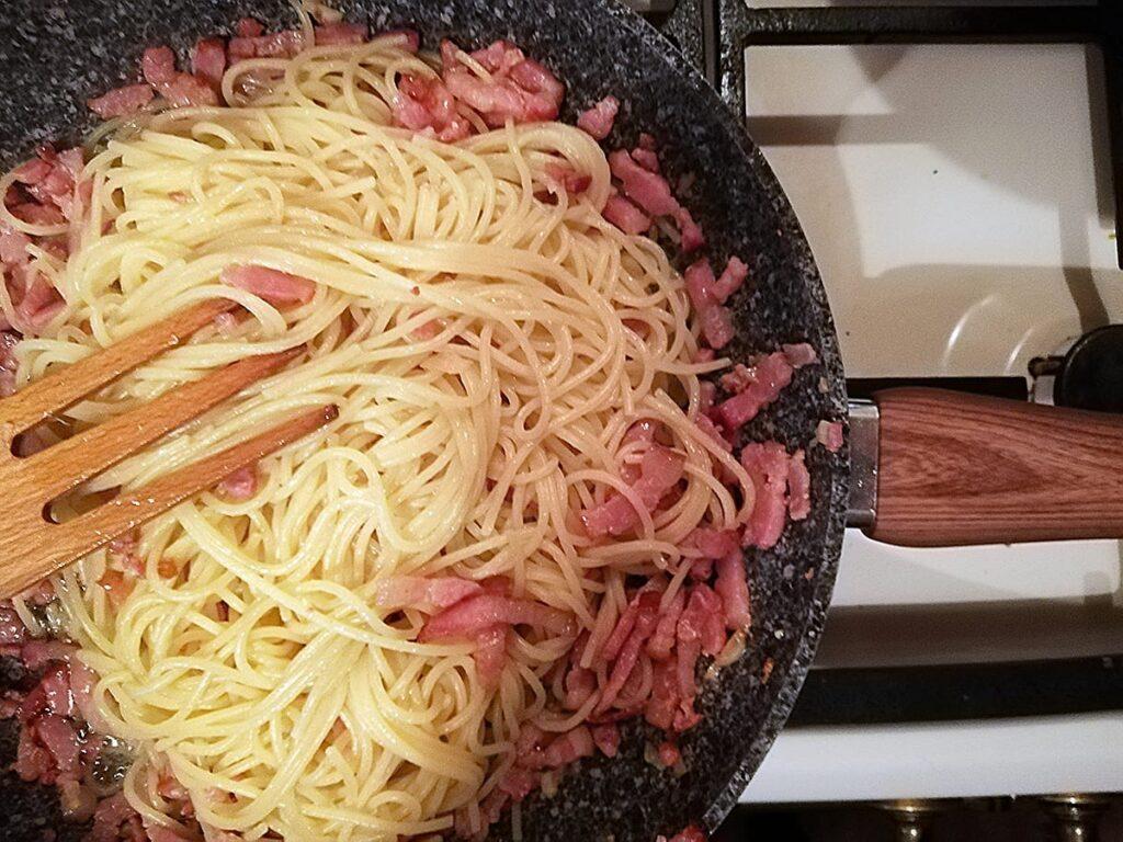 Przepis na spaghetti carbonara podsmażamy