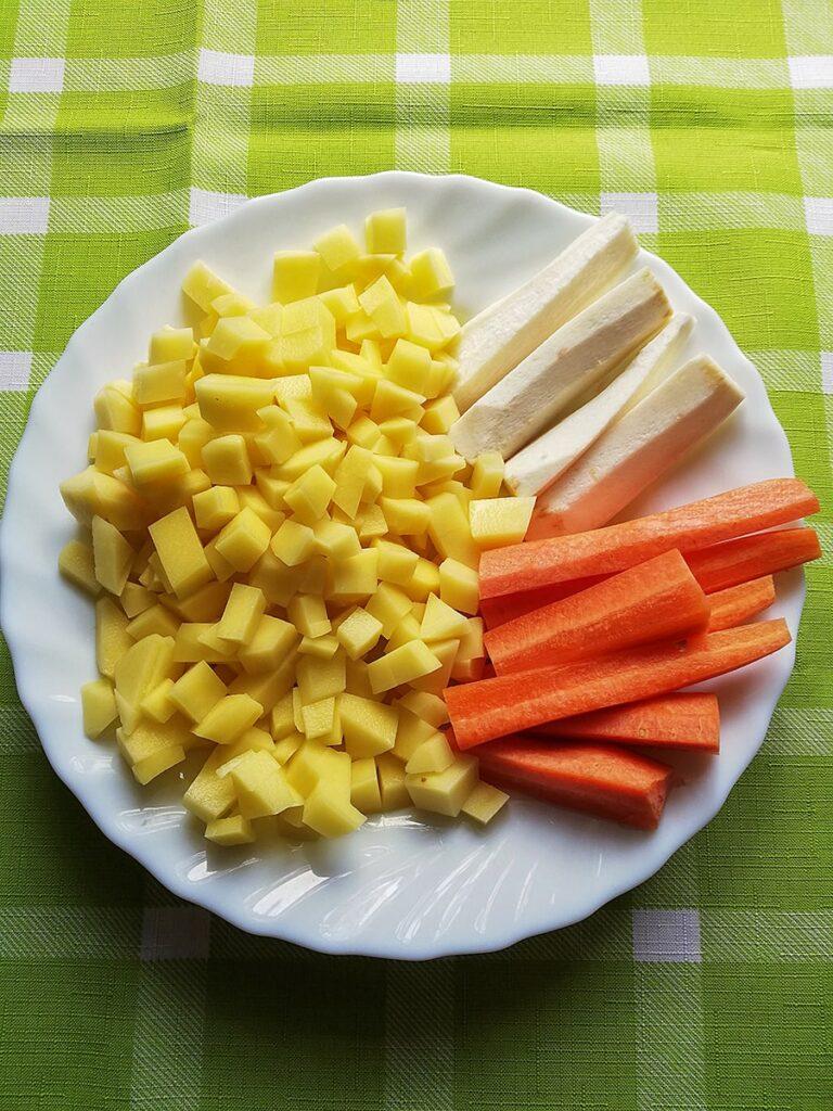 Przepis na zupę ogórkową przygotowujemy warzywa