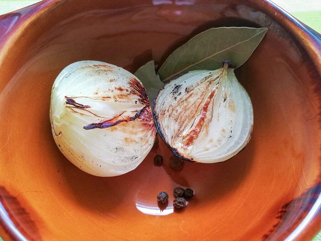 Przepis na zupę ogórkową rumienimy cebulę