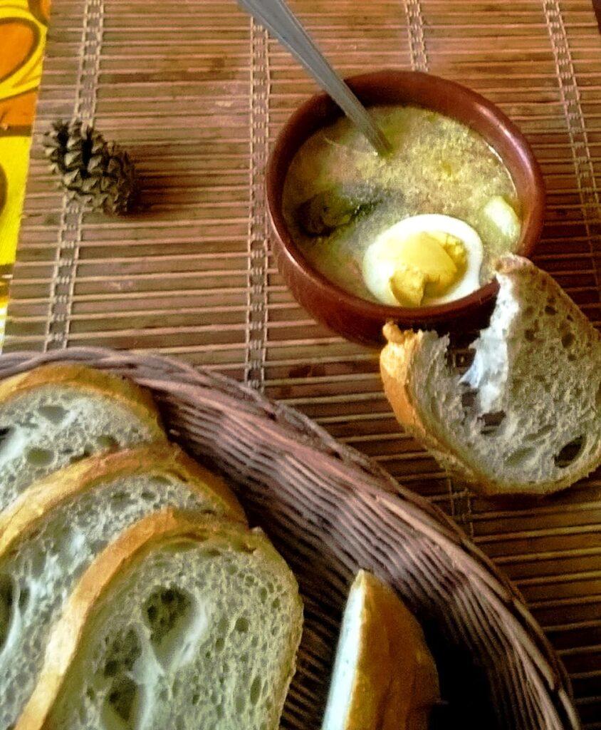 Przepis na żurek z kiełbasą najlepszy z chlebem